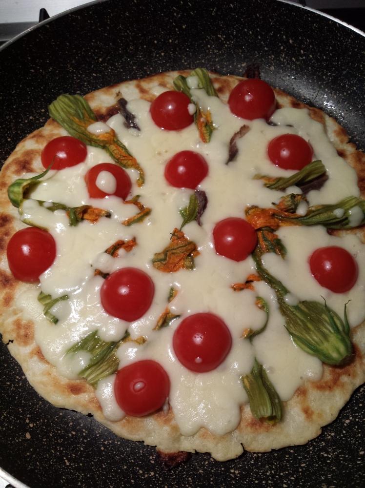 Pizza bianca (gluten free) in padella con pomodorini, fiori di zucca e acciughe: una nuova scoperta! (2/4)